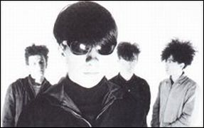 The Jesus and Mary Chain em 1984: ao fundo; Douglas Hart, Jim Reid e William Reid; à frente, Murray Dalglish