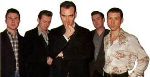 da esquerda para a direita: Jonny Bridgewood, Alain Whyte, Morrissey, Boz Boorer, Spencer Cobrin em uma foto de 1995