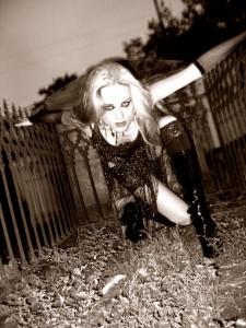 Erin Layne em pose gótica