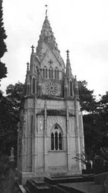 A réplica de catedral gótica é um dos mausoléus mais interessantes e  conhecidos do cemitério da Consolação