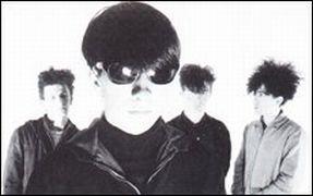 The Jesus and Mary Chain em 1984: ao fundo; Douglas Hart, Jim Reid e William Reid; à frente, Murray Dalglish